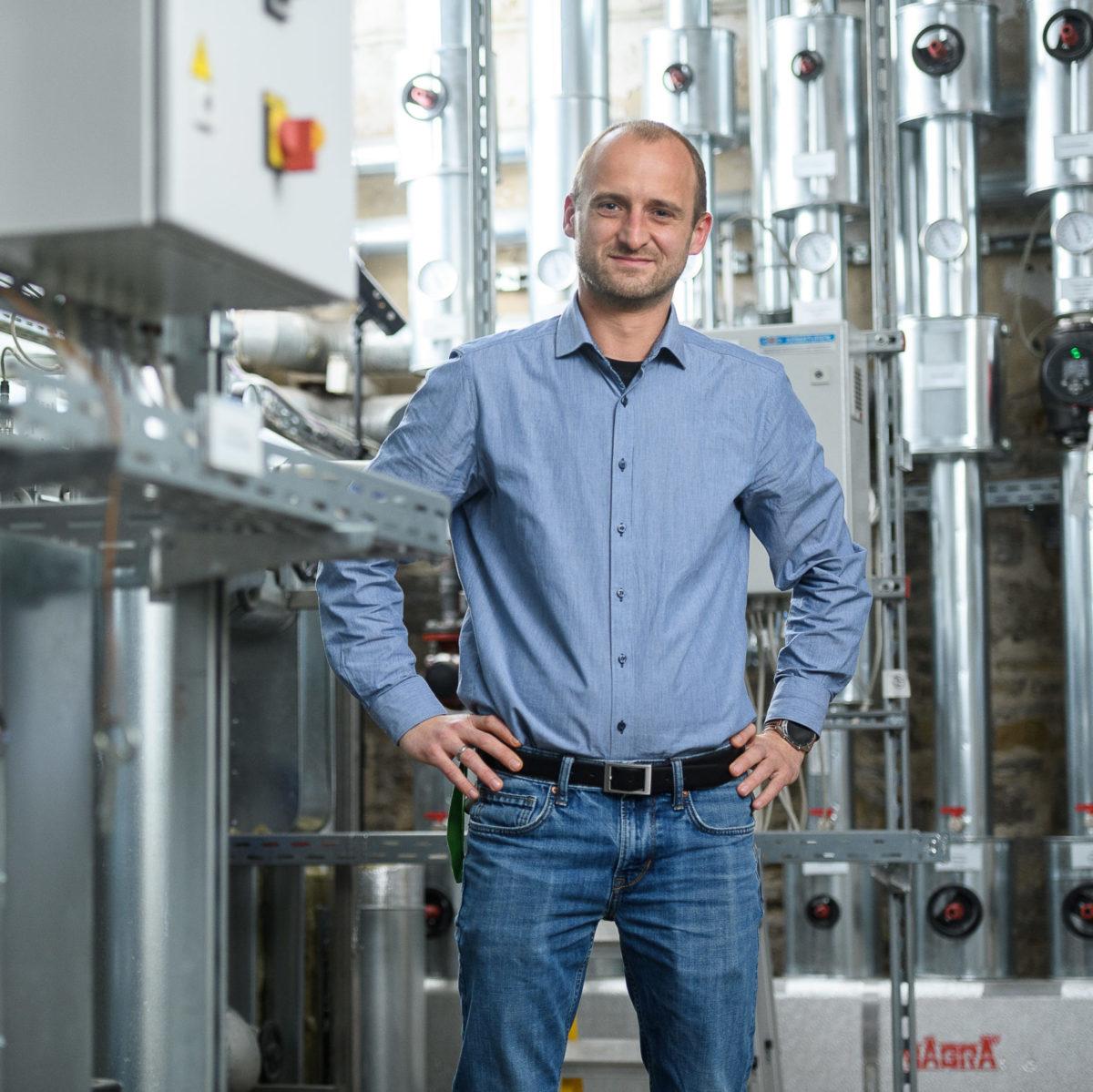 Markus Kobold, SHK-Meister, Meister für die Abteilung Heizung, Lüftung und Kälteanlagen im Heizungsraum des UKWs