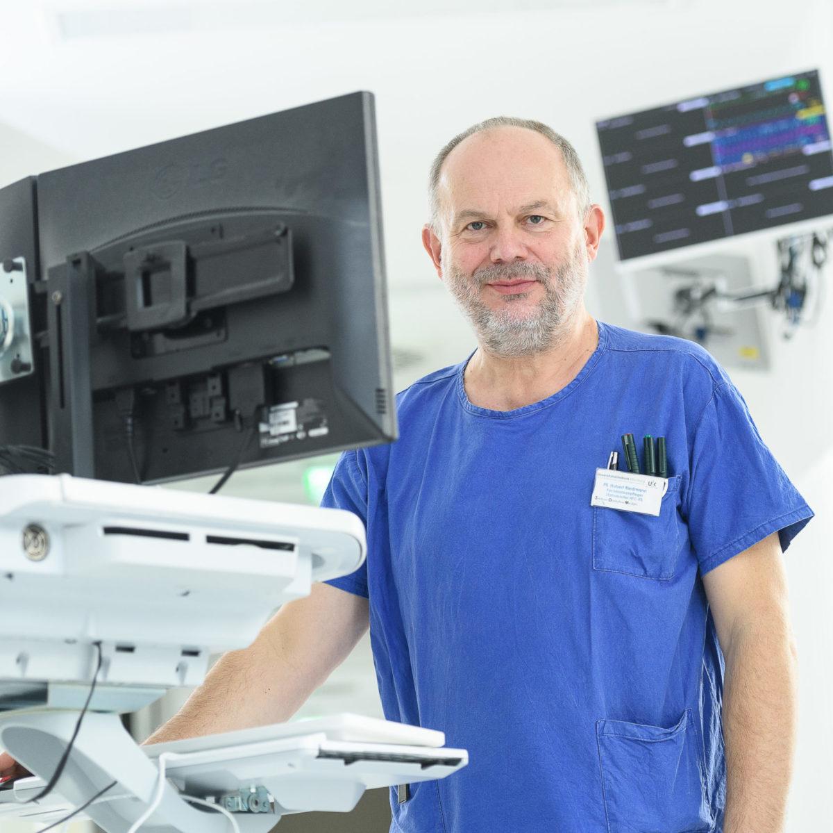 Herr Riedmann, Pflegedienstleiter der Intensiv- und Intermediate-Care-Station bei der Arbeit